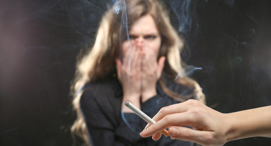 Come togliere l'odore di fumo e di umido dai vestiti?