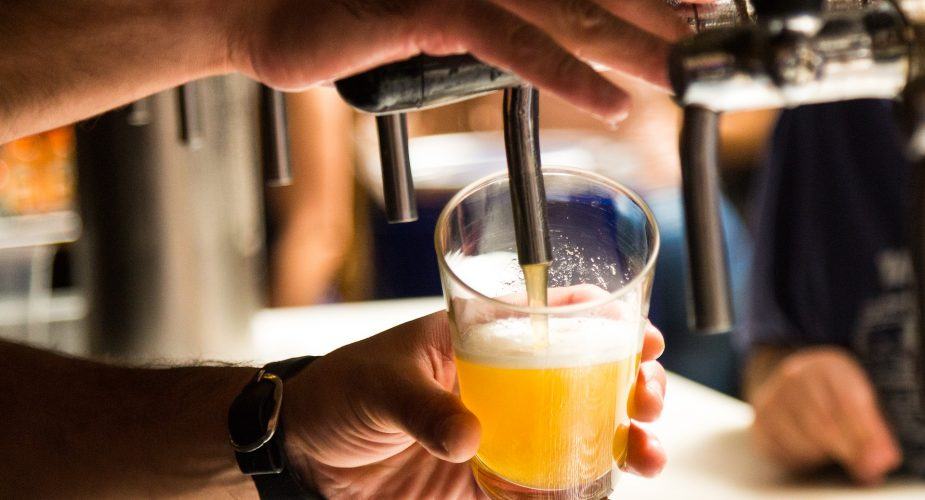 Bastano pochi ingredienti per rimuovere le macchie di birra