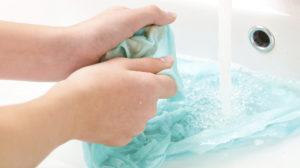 Come eliminare le macchie di fango dai tessuti