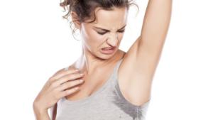 Come eliminare le macchie di sudore dai vestiti