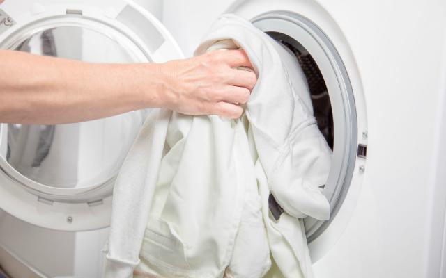 Come lavare i capi bianchi
