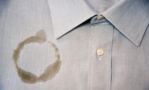 Come eliminare le macchie di unto dai vestiti