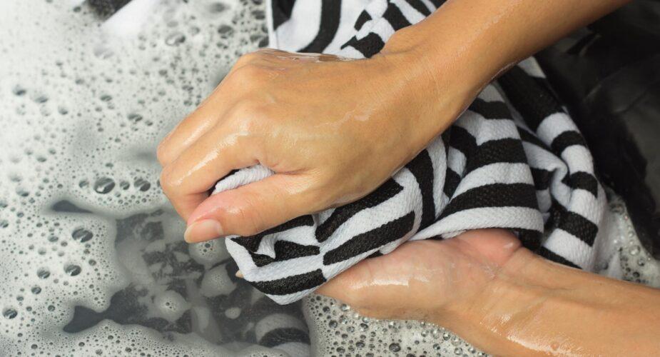 """H2:  Come lavare i capi che stingono  Quante volte è successo, soprattutto in occasione delle prime lavatrici, di aprire il cestello e ritrovarsi con una serie di capi scoloriti? Questo non succede solo ai """"neofiti"""" del bucato ma anche ai più """"esperti"""", perché alcuni tessuti risultano troppo delicati per i lavaggi aggressivi. Quindi, come lavare i capi che stingono? Ecco una serie di consigli per mantenere intatto il colore dei nostri vestiti.  Per capire come lavare i capi che stingono bisogna prima fare un passaggio fondamentale: leggere l'etichetta per evitare di commettere errori. Alcuni indumenti sono realizzati con tinture che non si fissano alle fibre e che tendono a disperdersi se trattati in acqua calda. Esistono dei tessuti che sono più soggetti a questo fenomeno come, ad esempio, le fibre naturali (cotone e seta), le quali hanno più difficoltà a mantenere il colore, in special modo al primo lavaggio.   Come intervenire allora? Un consiglio è optare per i cosiddetti """"foglietti acchiappacolore"""".  In alternativa si possono lavare i capi singolarmente, separando non solo il nuovo dal vecchio, ma inserendo in lavatrice l'indumento più recente senza altri vestiti.   Si può, inoltre, trattare l'abbigliamento, ma anche la biancheria, con un passaggio manuale che precede il lavaggio nella macchina. Basta mettere in una bacinella capiente il tessuto, aggiungere dell'aceto di vino bianco e dell'acqua a temperatura ambiente, lasciando il tutto in ammollo per circa due/tre ore. Successivamente, si procede con il detergere gli indumenti con il detersivo impiegato normalmente per il lavaggio a mano.   H3: Il rimedio della nonna  Un'alternativa è quella di mettere in ammollo i vestiti in acqua fredda e sale grosso. Con questo rimedio """"della nonna"""" il tempo di riposo in acqua è di appena mezz'ora. Meglio inserire in acqua la biancheria al rovescio, quindi strizzare con delicatezza e continuare, infine, con normale lavaggio. La temperatura dell'acqua nel cestello non deve """